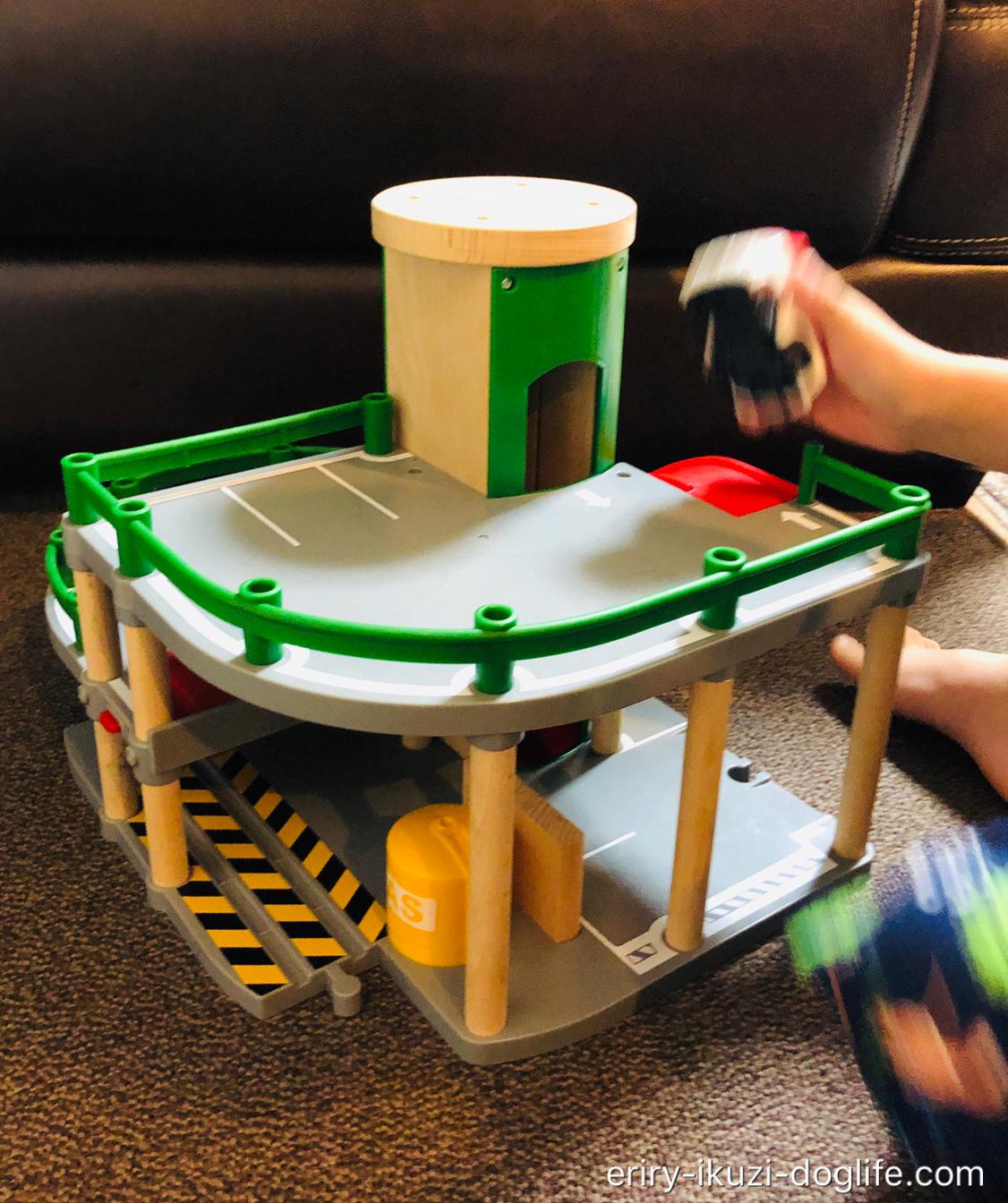 木のぬくもりのある楽しいおもちゃBRIOパーキングガレージ